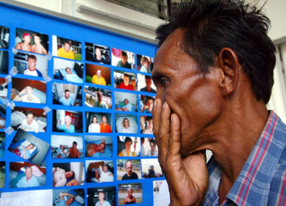 Egy thai férfi könnyeivel küszködve nézi végig az eltűntek tablóját, unokája is köztük volt. Rengetegen tűntek el a cunami idején, de voltak csodálatos megmenekülések is. Egy asszony tíz év után, idén augusztusban viszontláthatta elveszettnek hitt lányát és fiát is. A 2004-ben hétéves fiút és négyéves húgát a nyugat-szumátrai Aceh tartományban sodorták el a hullámok.