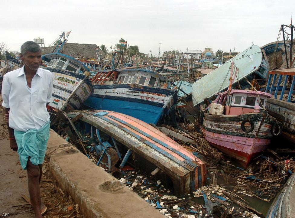 A cunami egyik túlélője a teljesen használhatatlanná vált halászcsónakok mellett. A túlélők közül rengetegen mindenüket elveszítették, a megélhetésüket jelentő halászatot sem tudták folytatni a pusztítás után. A cunami becslések szerint 11 országban 10 milliárd dollár (kb. 259 milliárd forint) kárt okoztak.