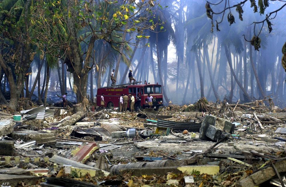 Dolgoznak az indiai tűzoltók, miután felrobbant egy gáztartály Malacca falunál már 2005 januárjában. A cunamit követő segélyosztás megszervezése nem ment teljesen zökkenőmentesen, végül a hadsereg is beszállt, és repülőkről dobtak le élelmiszercsomagokat Andaman és Nicobar szigetekre.