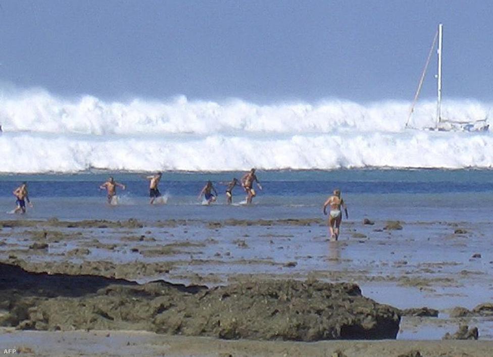 Turisták próbálnak menekülni a tengerpartról, miután a hat óriáshullám első lökete hihetetlen sebességgel elérte a partokat Thaiföld déli részén, Krabihoz közel. Tíz évvel ezelőtt, 2004. december 26-án egy 9,3 erősségű víz alatti földrengés után pusztító erejű cunami söpört végig az Indiai-óceán partvidékén. Az összesen 230 ezer áldozatot követelő szökőárnak csak Indonéziában 168 ezer áldozata volt, de több mint tíz másik országban is sokan meghaltak.