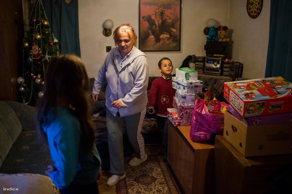 """""""Minden évben már szeptember körül elkezdek rákészülni a karácsonyra, több extra munkát vállalok, és akkor nem szokott baj lenni, méltóan tudunk ünnepelni. Idén azonban egy csőtörés miatt az egyik hónapban 100 ezer forint volt a vízszámlánk, és a padlót is fel kellett újítani, ezért kértünk most segítséget az ajándékokhoz"""" - mondta Zoltán, aki 2007-ben hallott először a baptistákról, amikor a segítségükkel a család a Velencei-tónál nyaralhatott."""