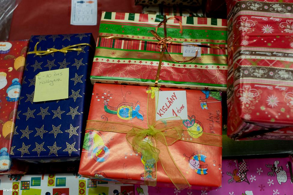 """A cipősdobozok az adományozóktól először a gyűjtőpontokra kerülnek, ahonann, ha már elég gyűlt össze, egy központi raktárba viszok az ajándékozottak kora és neme szerint feliratozott dobozokat. A szeretetszolgálat külön kéri az adományozókat, hogy a dobozok tetejét és az alját külön csomagolják be és ne ragasszák össze, ugyanis az önkéntesek minden dobozt egyenként átnéznek, ügyelve arra, hogy csak olyan ajándék kerüljön a rászorulókhoz, aminek valóban örülni fog egy kisgyerek. """"Ha például valaki egy tucat plüssállatot vagy egy tucat könyvet tesz a dobozba, akkor ezeket vegyítjük, esetleg hozzáteszünk még más dobozokból, vagy a céges támogatóinktól kapott ajándékokból"""" - magyarázta Révész Szilvia. Arra is próbálnak figyelni, hogy ha egy dobozra valaki azt írta, hogy 6 éves fiú, akkor tényleg egy 6 éves fiúnak való ajándékok legyenek benne, ezt ugyanis, akármennyire is jóindulatúak az adományozók, nem mindig tudják megítélni."""