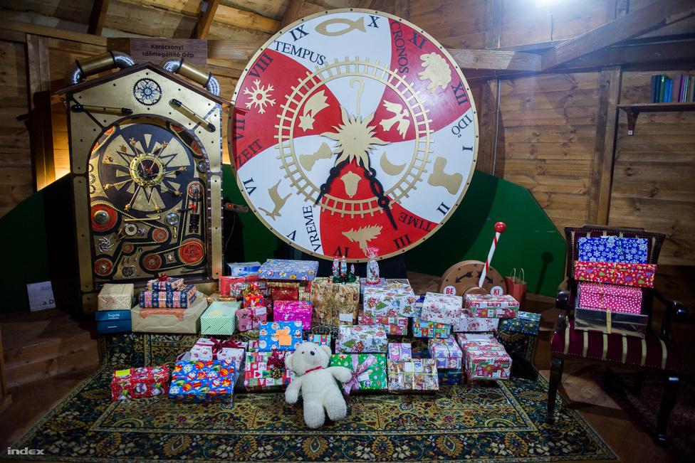 """A baptisták cipősdobozos akciója egyetlen budapesti gyűjtőponttal kezdődött, idén pedig már minden megyében több ponton és minden budapesti kerületben leadhatták az ajándékokat az adományozók. A több mint 50 ezer dobozt talán összegyűjteni a legkönnyebb, a tárolásuk és célba juttatásuk azonban bonyolult logisztikai feladat. """"Nem tudom pontosan, hogybhány telelpülésre jutnak el az ajándékok, mert olyan is van, hogy mondjuk egy kistérségi nagycsaládos szervezet kér X dobozt, és aztán azokat ők osztják tovább helyben. Szerintem itthon körülbelül 1000 települést érünk el, ezen kívül minden évben viszünk 2500 dobozt Erdélybe, Böjte Csaba árváihoz. Ezt korábban egy Malévos """"cipősdoboz járattal"""" oldottuk meg, most több kamiont pakolunk tele, és úgy megyünk"""" - mondta Révész Szilvia."""