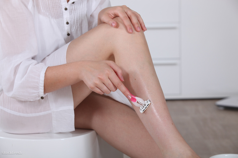 stockfresh 1761946 woman-shaving-her-legs sizeM