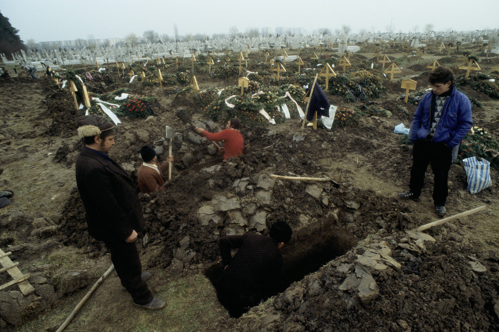 Az áldozatokat temetik Sibiuban. Ceaușescu kivégzése után néhány nappal végül elültek az összecsapások. Romániát azonban a diktátor kivégzése óta is kísérti Ceaușescu szelleme, az utóbbi időben készített több felmérésből is kiderült, hogy főként az idősek közül sokan nosztalgiával tekintenek 24 éves uralmára. Habár több katonai vezetőt elítéltek, de kevés esetben indult eljárás a forradalomban elkövetett bűncselekmények vádjával, és azóta sem tisztázott minden mozzanat, a levéltári iratok ugyanis nagyon szelektáltak. A kérdés ettől még napirenden van, a román alkotmánybíróság többek között azért minősítette tavaly elévülhetetlenül bűntettnek az emberölést, hogy továbbra is folytatni lehessen azok elszámoltatását, akik a forradalom alatti sortüzekért feleltek.