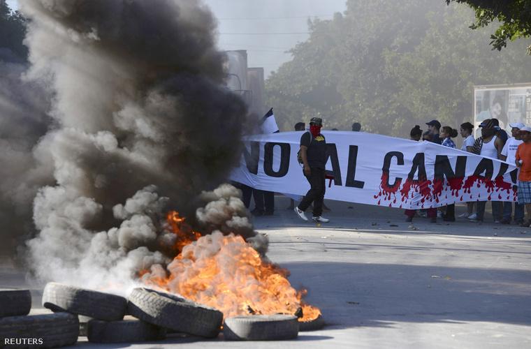 A csatorna megépítése ellen tiltakozók blokádja a Pan-American autópályán, Managuában, 2014. december 22-én.