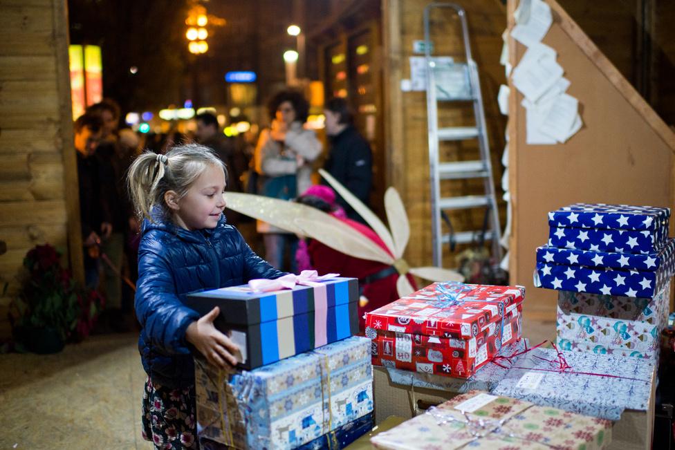 A cipősdobozos ajándékozást a második világháború után egy brit nagymama találta ki, aki nem bírta nézni az árván maradt, vagy mindenüket elvesztett gyerekek szomorú karácsonyát, ezért néhány cipősdobozban összegyűjtött ajándékokat, becsomagolta és elküldte nekik. Az ötlete azóta világszerte rendkívüli népszerűségre tett szert, minden évben milliók adományoznak ilyen módon karácsonykor. Magyarországra először 2003-ban érkeztek akkor még Nagy-Britanniában összegyűjtött csomagok, majd 2004-ben a baptisták megszervezték az első magyarországi gyűjtést. Akkor még nem sikerült elérni a kitűzött 10 ezer dobozos célt, ma pedig már 51 ezernél is több dobozt állítanak össze az adományozók.