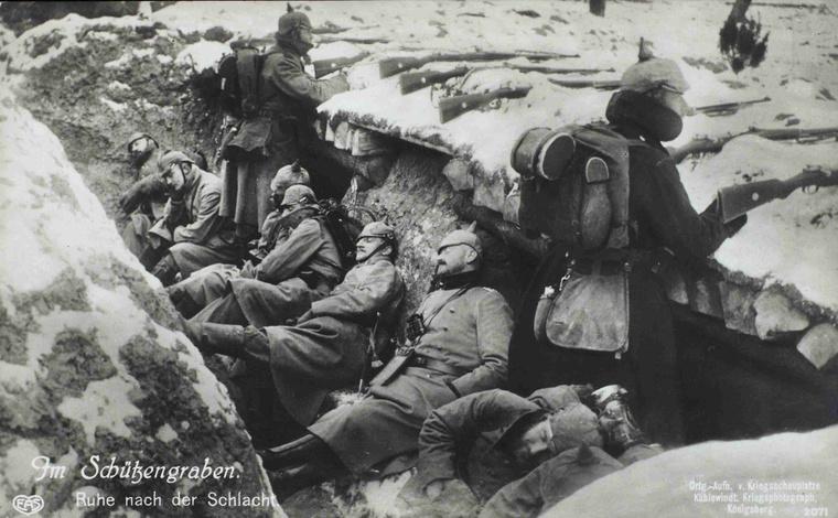 """A lövészárkokban. Pihenő a csata után."""" Német képeslap."""