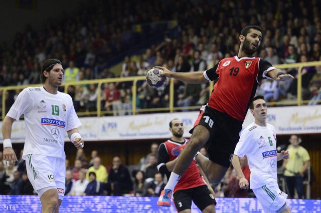 Az egyiptomi Mohamed El-Bassiouny a labdával