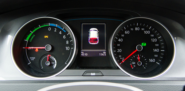 Energiafelhasználás-jelző a fordulatszámmérő helyén