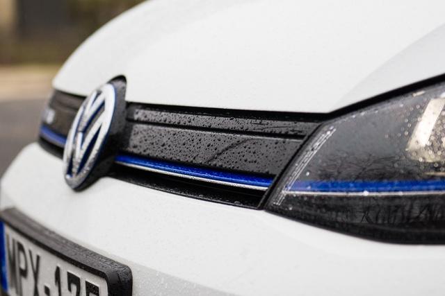 A kék csík hibrid és elektromos Volkswageneken lehet