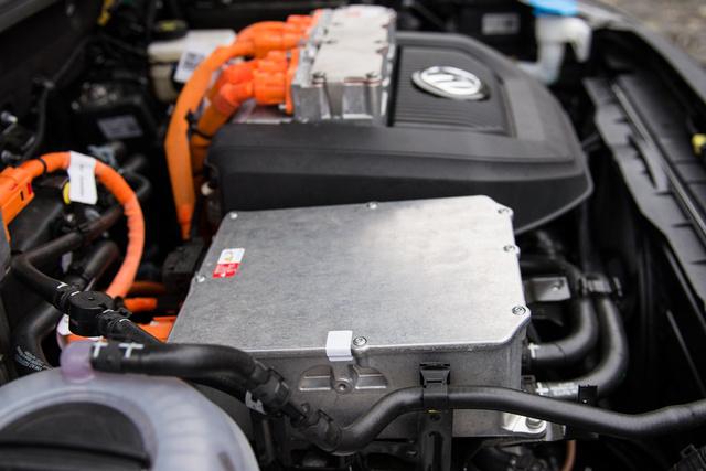 Az inverter mint egy ÉDÁSZ-szekrény, legalábbis a Toyota inverteréhez képest. Az meg van tervezve a szép hibrid felirattal, ez a dekli egyszerűen szánalmas.