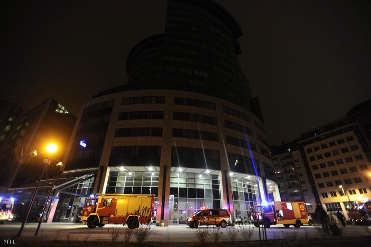Mentőautó és tűzoltók a rendőrség fővárosi Teve utcai székházánál 2014. december 27-én este ahol szén-monoxid belégzése miatt többen rosszul lettek.