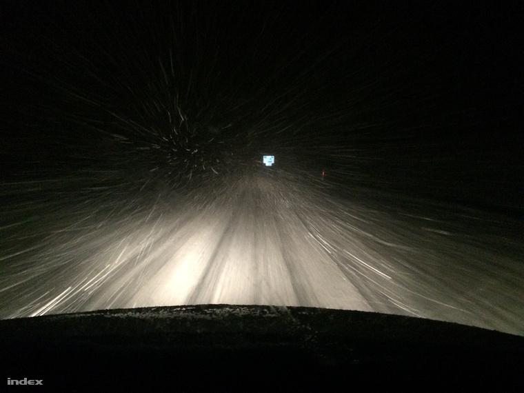 Balatonújlak közelében az M7-esen Budapest felé szakad a hó, 60-nal lehet haladni. - Viktor