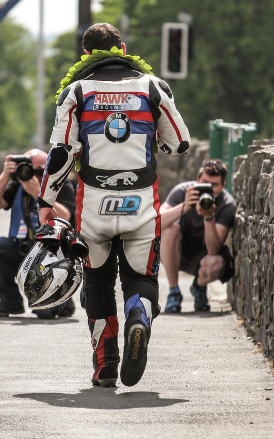2014 Michael Dunlop éve volt. Egy kivételével az összes versenyt megnyerte a TT-n, ahol rajthoz állt, így a legmegdöbbentőbb bejelentés mindenképp az volt, hogy miután mindent megnyert a BMW-nek, a bajorok szakítottak vele, és 2015-re a TAS Racing-et bízták meg a gyári motorok felkészítésével.