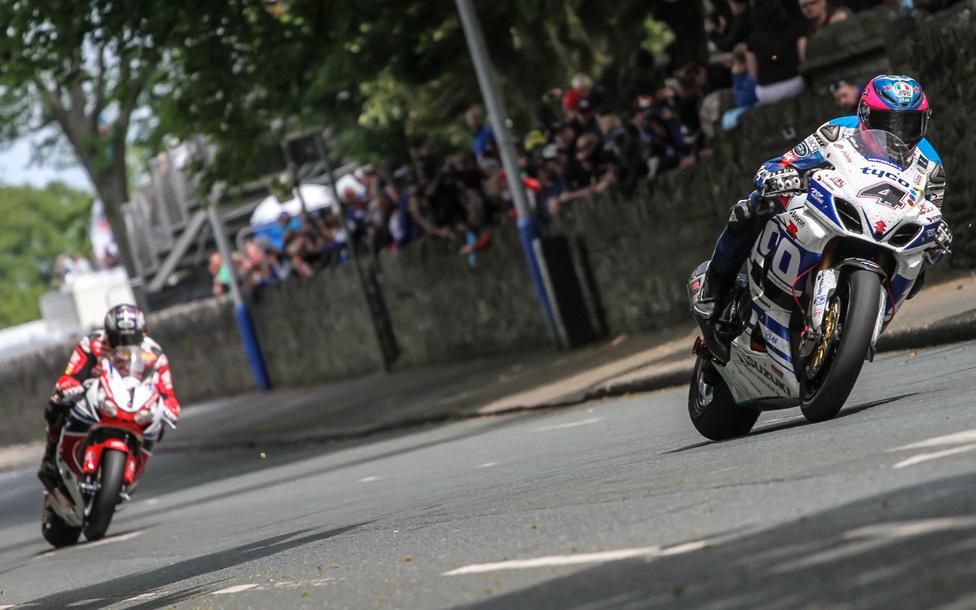 Guy Martin hajt John McGuinness előtt a Senior TT versenyén. A suzukisnak nem jött össze a győzelem, de azért a dobogó alsó fokát így is megcsípte.