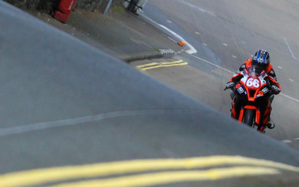 Nem gyakori, hogy egy állandó Grand Prix versenyző egyszer csak úgy dönt, otthagy mindent és kipróbálja az utcai versenyzést. Danny Webb így tett, s miután nem talált megfelelő csapatot a gyorsasági világbajnokság Moto2-es kategóriájában, úgy döntött, nem tétlenkedik, hanem kipróbálja a TT-t. A döntés tiszteletet parancsol, főleg úgy, hogy Webb eddig jóformán csak kisebb köbcentis motorokkal versenyzett, brutális Superbike-kokkal nem.