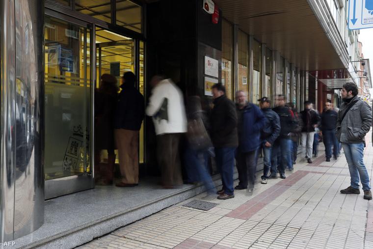 Kígyózó sorok egy munkaügyi hivatal előtt Burgosban