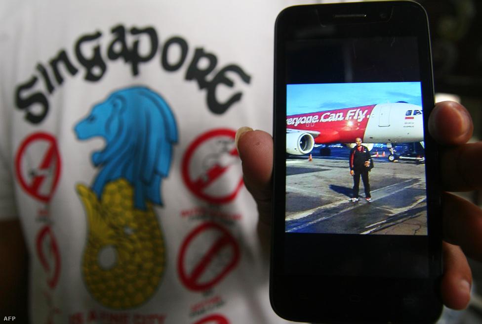 Egy hozzátartozó mutatja az egyik utasról felszállás előtt készült képet. Három napig kutattak az Indonézia légterében december 28-án eltűnt utasszállító után, végül a Karimata-szorosban találták meg az AirAsia gép darabjait, és az utasok holttesteit. Az AirAsia gépe vasárnap Surabayából Szingapúrba tartott. A malajziai székhelyű fapados társaság gépének fedélzetén 162-en tartózkodtak, javarészt indonéz állampolgárok. A pilóta nem adott le vészjelzéseket, de közvetlenül az eltűnés előtt engedélyt kért a repülésirányítóktól arra, hogy nagyobb magasságba emelje a gépet. Egyelőre még nem tudni, pontosan miért zuhant le a repülő.