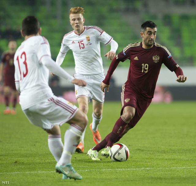 Alekszandr Szamedov (j) a labdával Forró Gyula (b) és Kalmár Zsolt mellett a Magyarország-Oroszország barátságos labdarúgó-mérkőzésen.