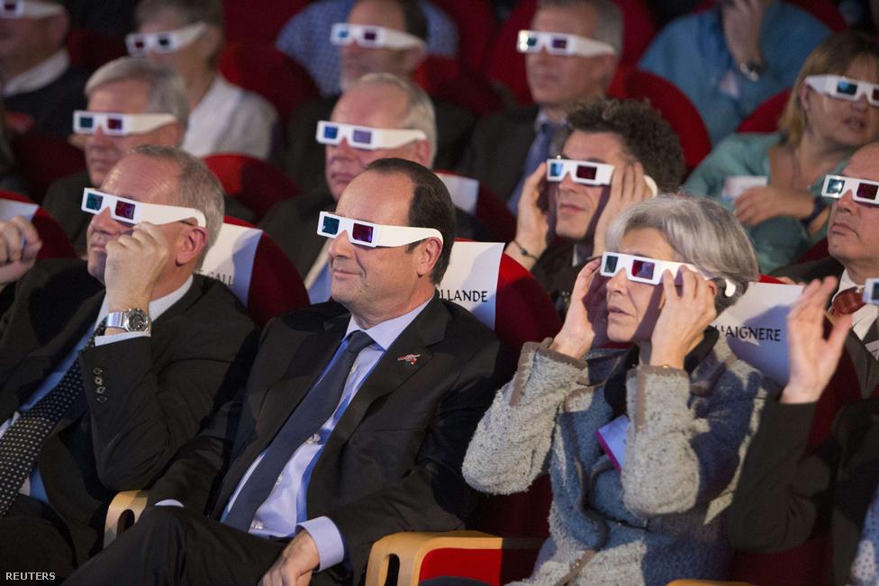 François Hollande francia köztársasági elnök és Claudie Haignere volt francia űrhajós 3D-szemüvegben nézi újra a La Villette-ben, ahogy az Európai űrügynökség Philae nevű űrszondájának sikerült landolnia a 67P/Csurjumov–Geraszimenkó üstökösön.