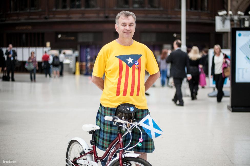 Évekig tartó előkészítés után szeptember 18-án Skócia népszavazást tartott a függetlenségéről, amit végül 55,3-44,7-re az egységpártiak nyertek meg. A részvétel rekordmagas, 84,5 százalékos volt. Több szavazó véleményét is megkérdeztük Glasgow-ban, a képen Ian látható, aki direkt a szavazás kedvéért vette fel skót szoknyáját, és az elszakadás mellett voksolt.