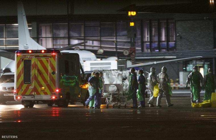 Ebolával fertőzött beteget szállítanak a Glasgow repülőterén, 2014. december 30-án.