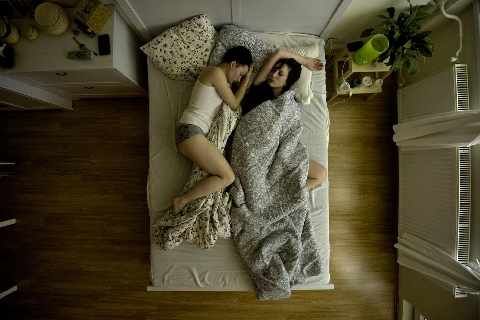 Barbi és Rita alszanak budapesti lakásukban egy májusi éjszakán. A kép az utolsó, még origós fotóriporterként elkezdett sorozatom része, és az eddig elkészült képek közül ez a kedvencem. Szeretném a magyar társadalom minden rétegének hálószobájába kamerát szerelve megmutatni, milyen változatos körülmények között töltik az emberek az otthoni éjszakáikat, amikor senki sem látja őket.