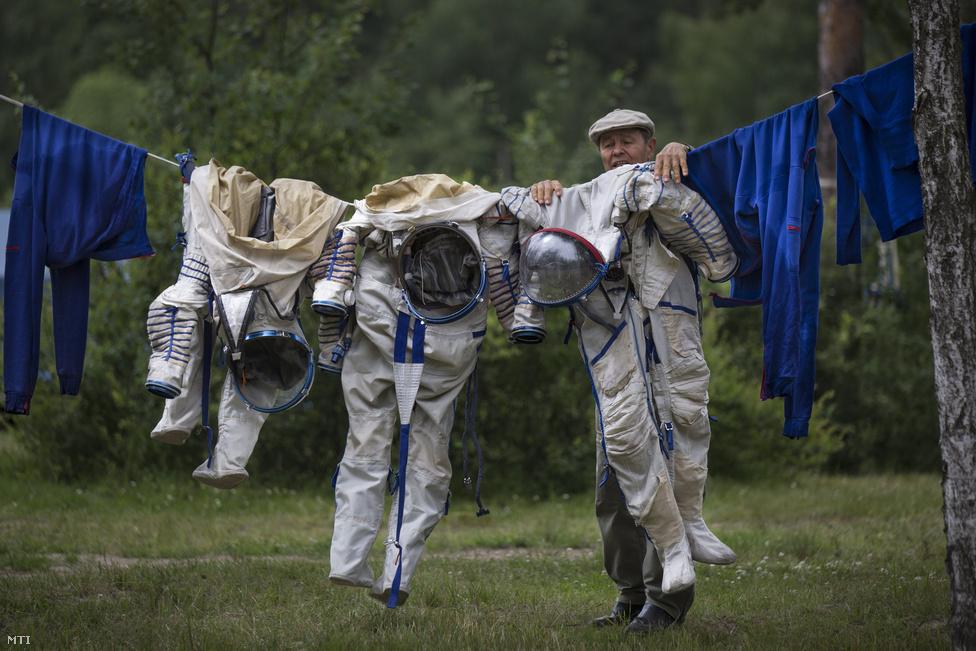 Minden, a Nemzetközi Űrállomásra (ISS) induló űrhajósnak részt kell vennie egy több hetes extra kiképzésen, amin arra készítik fel őket, hogyan éljék túl a földetérés és a mentőcsapatok érkezése közti néhány napot, ha valami nem a tervezettnek megfelelően történik. Itt éppen azt gyakorolták július 2-án, hogy a szkafandert ki kell teregetni, hogy megszáradjon.