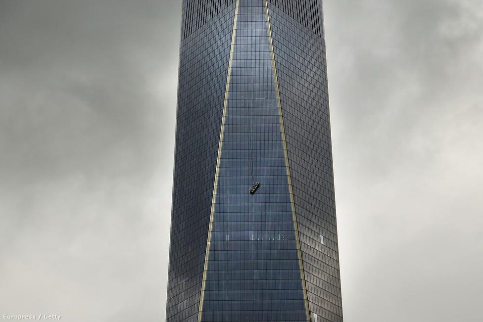 Elszakadt az ablakmosó lift egyik kábele, emiatt két munkás több mint egy órán át volt életveszélyben a New York-i One World Center 69. emeleténél november 12-én. November 3-án, több mint 13 évvel az eredeti tornyainak 2001. szeptember 11-i lerombolása után nyitott meg az új torony. Az egyik leomlott torony helyén felépített új, 104 szintes One World Trade Center torony ma az Egyesült Államok legmagasabb épülete, 541 méter.