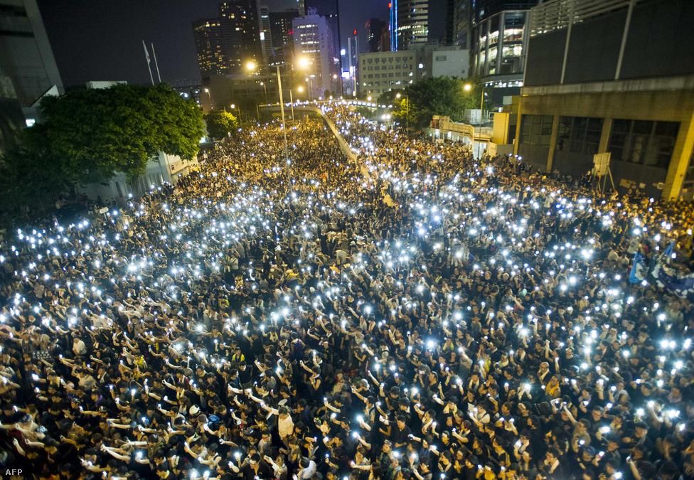 Szeptemberben az általános választójog eltörlése miatt tízezrek vonultak utcára a pekingi vezetés ellen tiltakozva. 2017-ben közvetlen választások lesznek a Hongkongot vezető főminiszterről, de nem biztosítják a szabad és nyilvános jelöltállítás jogát, csak egy előre leegyeztetett jelöltlistából lehet majd választani. A hongkongi tüntetések szimbólumává az esernyő vált, a résztvevők pedig több területet is elfoglaltak, amiket december közepén visszaszereztek a rendőrök. A tüntetések azonban folytatódtak, azóta is többször utakat torlaszoltak el a tiltakozók. A pekingi vezetés közben minden erővel próbálta elkerülni, hogy a tüntetések eszméi továbbterjedjenek az ország más részeire. Hongkong 1997-ben került vissza Kínához, de azzal a kikötéssel, hogy ötven éven át bizonyos szintű autonómiát élvezhet, habár az nem terjedhet ki a külügyi és biztonságpolitikai kérdésekre.