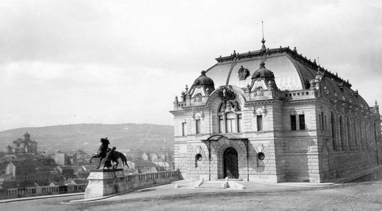 Lovarda a Várban, előtte a Lovat fékező csikós szobra, 1915.