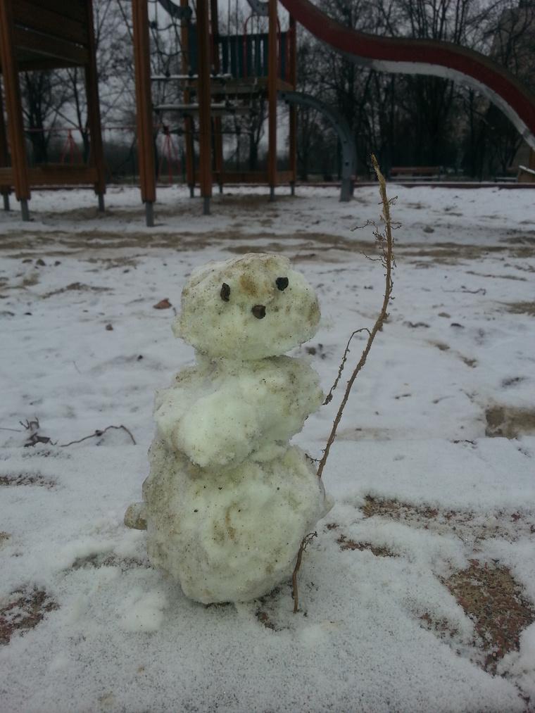 """""""Nálunk sajnos nem maradt túl sok hó reggelig, de azért 6 éves lányom (lassan 7) épített egy cuki minihóembert, amit szeretnék benevezni."""""""
