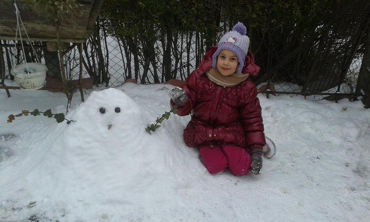 """""""Küldeném Önöknek a ma készített Borostyán Hóemberünket, lányunk az alkotó:Alida 7 éves. Kb. 5 centis hóból sikerült az alkotás."""""""