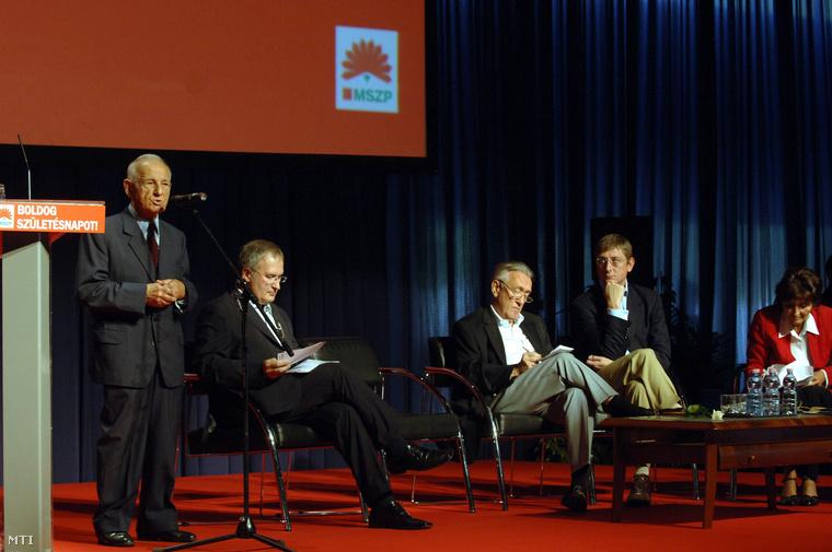 Nyers Rezső a párt alapító elnöke beszél a Magyar Szocialista Párt 18. születésnapi rendezvényén. Jobbra Simon Gábor, Kovács László, Gyurcsány Ferenc és Lendvai Ildikó, 2007. október 7-én.