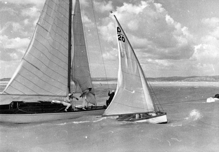 30-as cirkáló és mellette egy balatoni dingi. Balaton, 1935