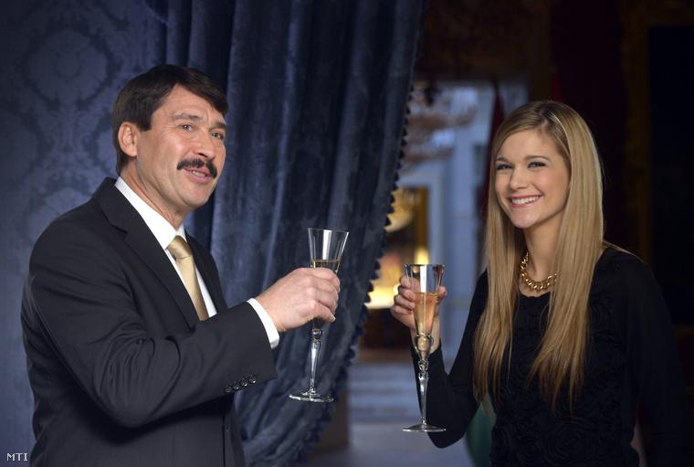 Áder János köztársasági elnök és Weisz Fanni hallási fogyatékkal élő fotómodell esélyegyenlőségi aktivista jeltolmács az államfő újévi köszöntőjének televíziós felvételén a Sándor-palotában 2013. december 30-án.