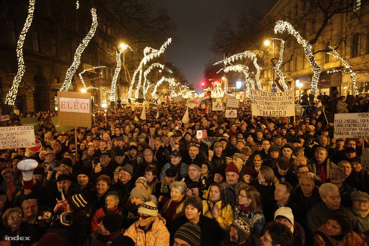 Civil szervezetek tüntetése az Opera előtt 2012 január másodikán.