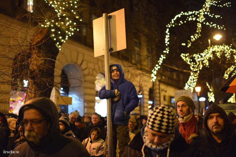 Ilyen táblákat lehetett látni a tömegben: L. Simon a popsimon, Orbán badfriend, Game over, Nem ártani!