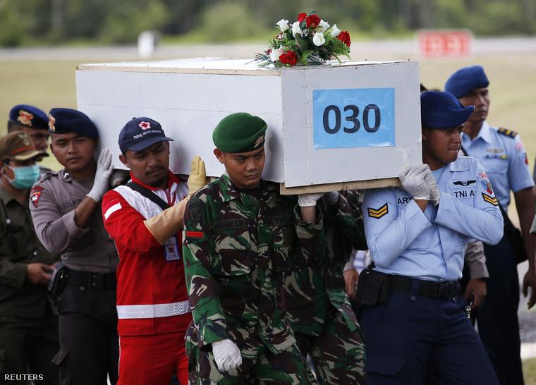 Az egyik áldozat földi maradványai Pangkalan Bun repülőterén