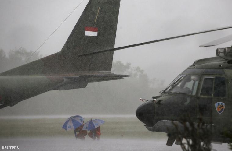 Vihar miatt várakoznak az eltűnt gépet kereső speciális mentők