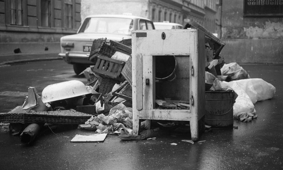 """Furcsa, de Urbán Tamás alig 35 éves fotóját sokáig úgy tűnt, nem fejti meg senki. Aztán levelet kaptunk valakitől, aki konkrétan abban a házban lakott. """"Ez a Nagydiófa utca, a földszinti ablakok a mi lakásunk ablakai voltak. A képen láthatò ház, Nagydiòfa u. 10 volt, lebontották '86 környékén, addig ott laktunk, én kb 20 évig. De apukám is ott született anno!"""" - írta Micheller Szilvia."""