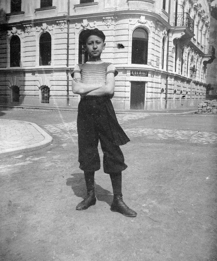 Az 1900-as budapesti lakcím jegyzék szerint egy Kiss Mihály szatócs van. Akkori lakcíme (VII. Telep utcza 1., Hajtsár út sarok) ) alapján, ez a mai XIV. Telepes utca - Nagy Lajos király útja sarok. Ha ez az, ma már bizonyosan más áll a helyén. Nagy segítség lenne egy környékbeli másik archív fotó, ami igazolja a föltevést.