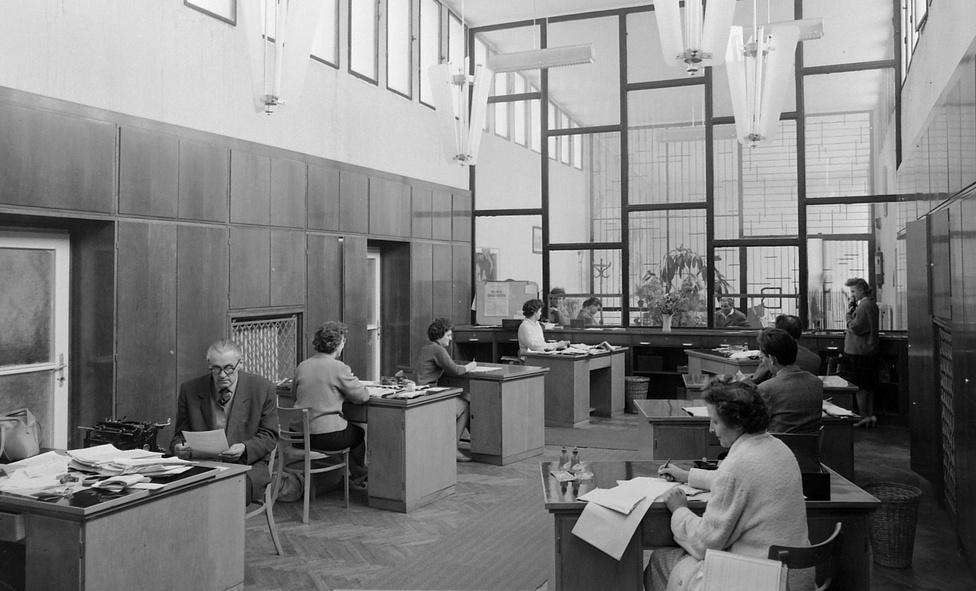 """Első képünkön egy iroda látható, mögötte üvegfallal, ügyféltérrel. A rácsos részen tükrözve az MNB rövidítés látható. Olvasónk a képen a keszthelyi volt MNB-fiókot ismerte fel: """"A 80-as évek végén a kétszintű bankrendszer megalakulása után a mostani K&H Bank működött benne a kilencvenes évek elejéig. Utána átmenetileg Posta is volt benne. Most egy magáncég tulajdona"""" - írta Tompa István Keszthelyről."""