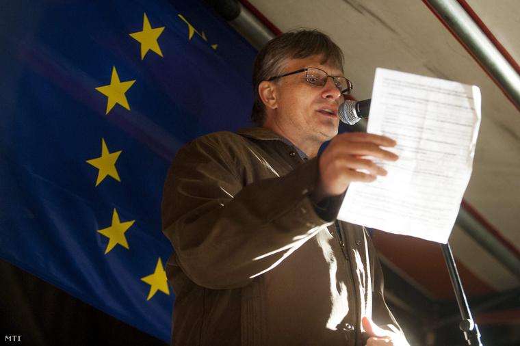 Büki Zoltán a magánnyugdíjpénztárak védelmében rendezett tüntetésen Budapesten a József nádor téren 2014. november 25-én.
