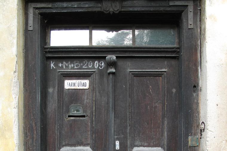 Lstiboř, detail dveří fary