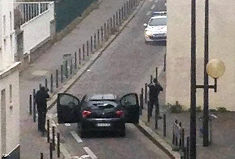 Egy francia újságíró lefotózta a támadókat az autójukkal, amikor a szerkesztőség épülete előtt tűzharcba keveredtek a rendőrökkel.