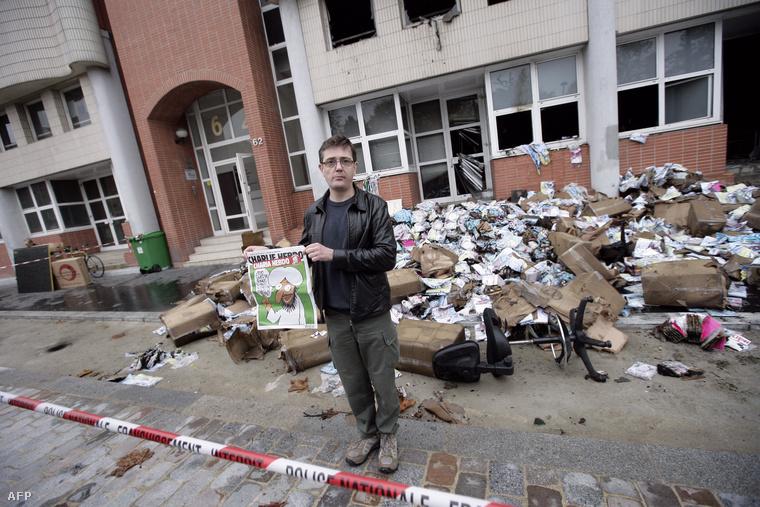 A lap egyik újságírója a szerkesztőség épülete előtt, a 2012-es robbantásos merénylet után.