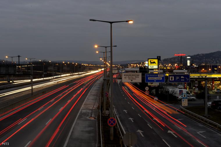 Az M1-M7-es autópályák útdíjköteles, közös bevezető szakasza Budaörsnél