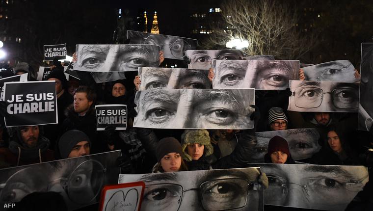 New Yorkban a meggyilkolt karikaturisták fotóival virrasztottak az éjjel.